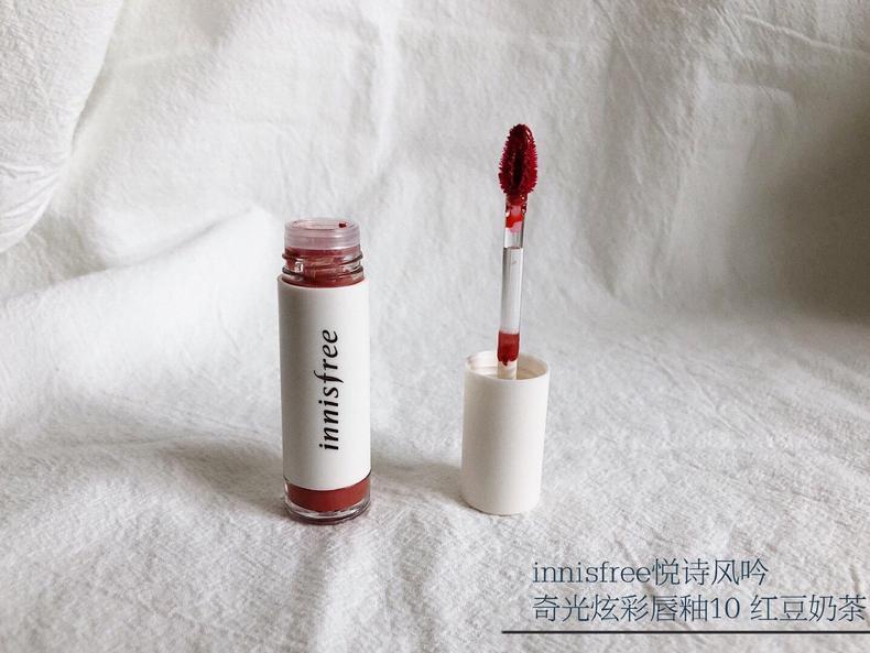 这支唇釉有一股水果糖的气味,刚上嘴就能成膜的非常漂亮,水光嘟嘟唇