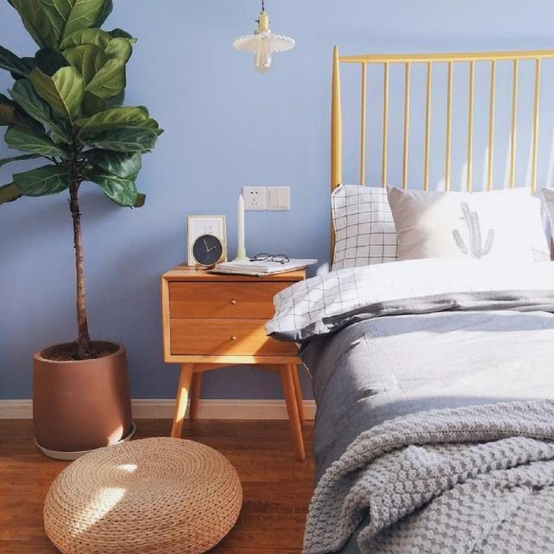 卧室家具建议以木质为主,一张简单的原木大床