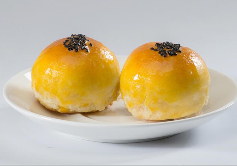 诱人可爱黄澄澄,香甜爽口的蛋黄酥(图2)