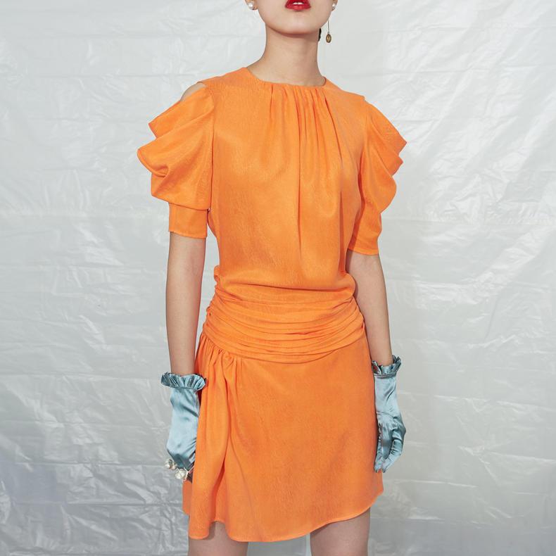 GNAY独立设计师品牌橘黄色铜氨丝立体袖露肩设计不规则复古连衣裙