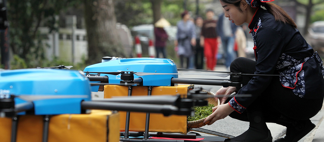 无人机运送茶叶 头茶提前2小时能上市