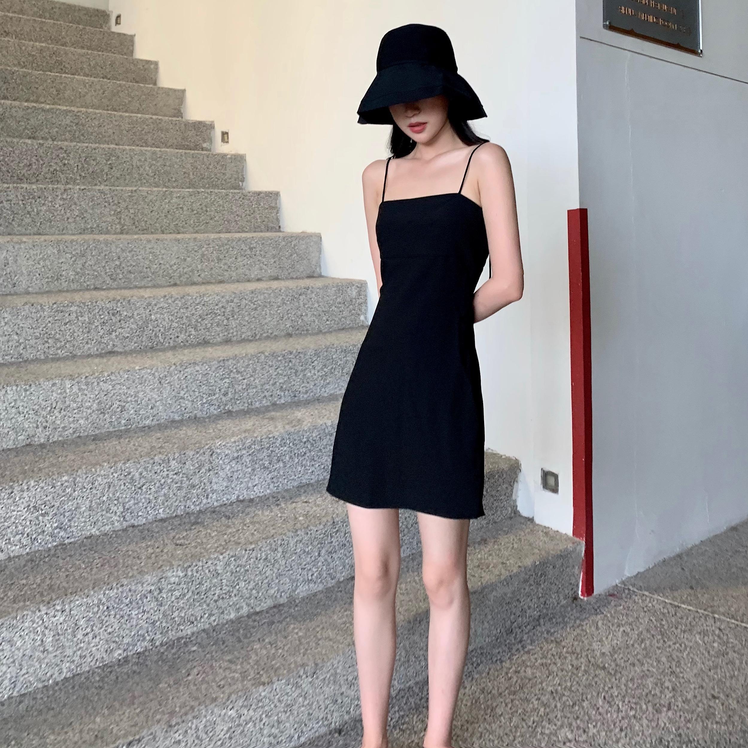 黑色吊带裙短款裙子女2019新款复古显瘦心机小黑裙赫...¥148